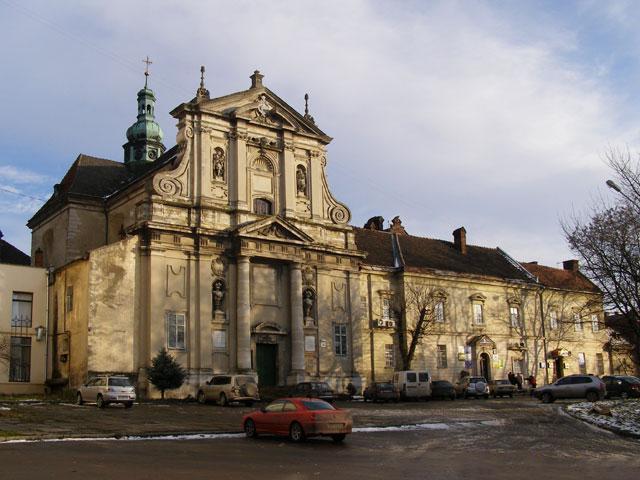 Церква Стрітення Господнього, колишній костел Матері Божої Громничої і монастир кармеліток босих. У 1940 році тут був гуртожиток медінституту та кафедра фізкультури