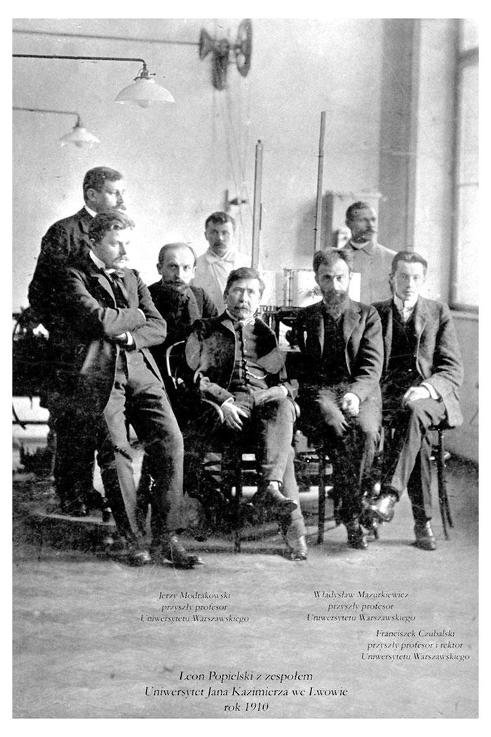 На фото Л. Попєльські та колеги. Університет Яна Казимира у Львові. 1910 р.