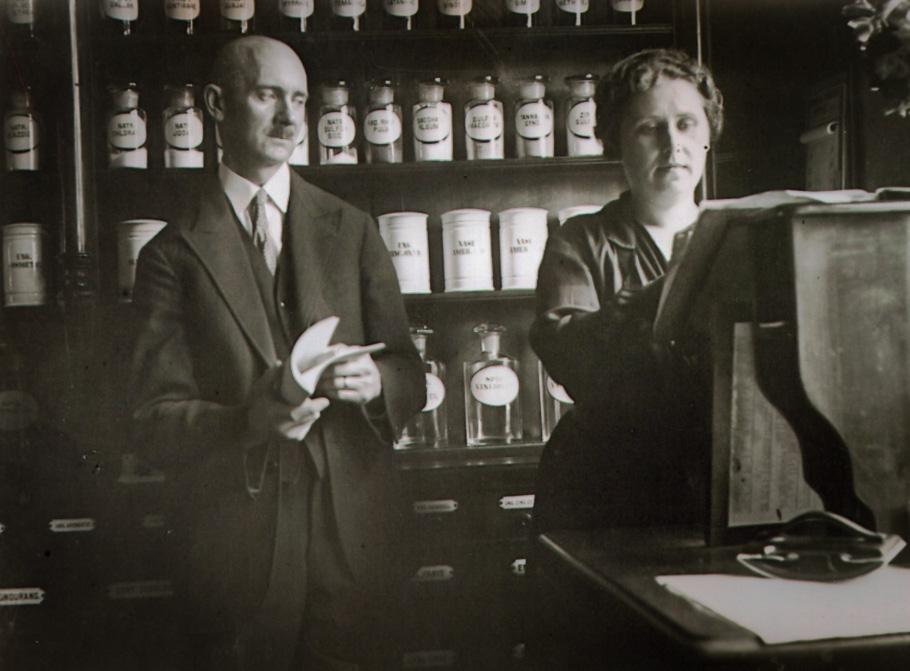 Володимир Кіндрачук з дружиною Марією Кубаті у власній аптеці. Ланцут, 1925 рік.