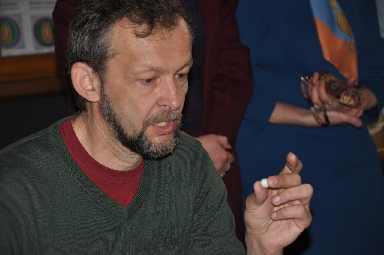 В руках орнітолога Андрія Бокотея яйце золотомушки