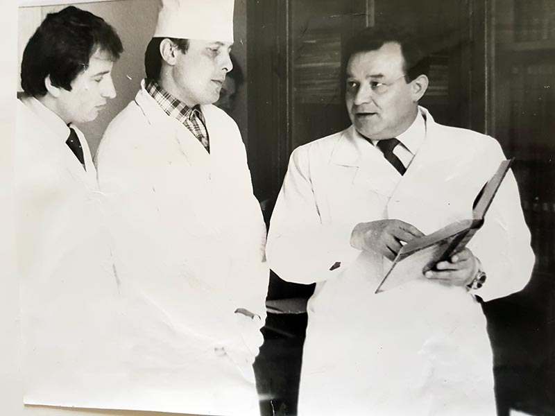 Проф. Панасюк Є. М. з аспірантами Гжегоцьким М. Р. та Копитко О. М., 1983 р.