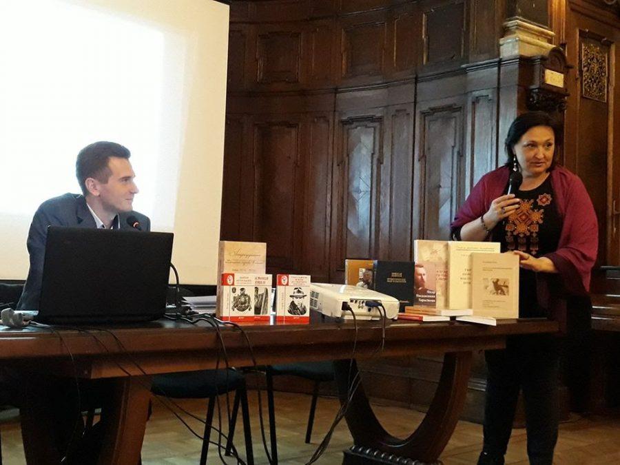 Наукові співробітники Наталія Марченко та Ігор Стамбол на дискусії «Біографістика в Україні: свобода, чи блукання серед стереотипів?» (фото з офіційної facebook-спільноти Українське біографічне товариство)