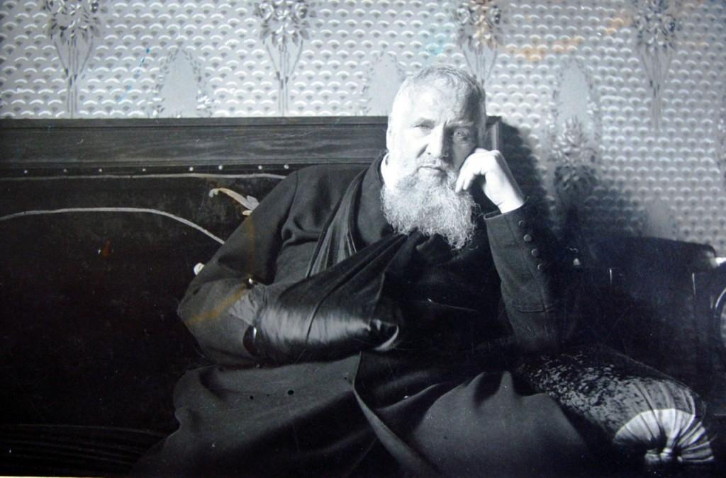 Митрополит Андрей у митрополичих палатах. Львів, 1930-ті роки. – (ЦДІАЛ, із фонду № 764. Колекція фотографій, фотоальбомів, негативів і кліше).