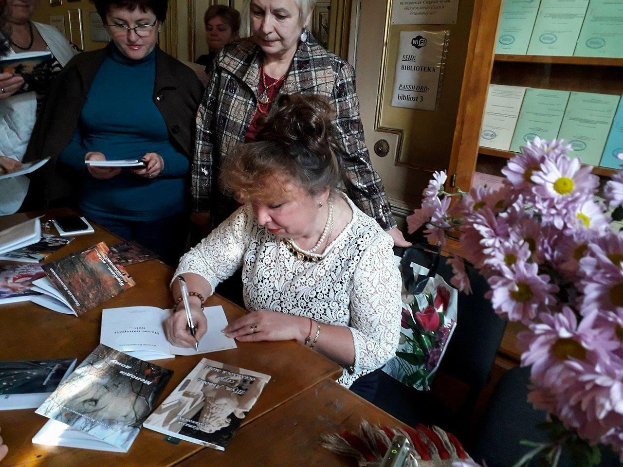 Поетеса Наталія Калиновська в бібліотеці ЛНМУ ім. Данила Галицького