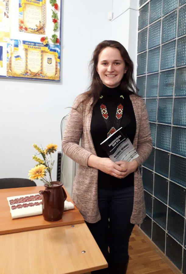 Працівник бібліотеки Ганна Лаврик зі збірником матеріалів круглого столу